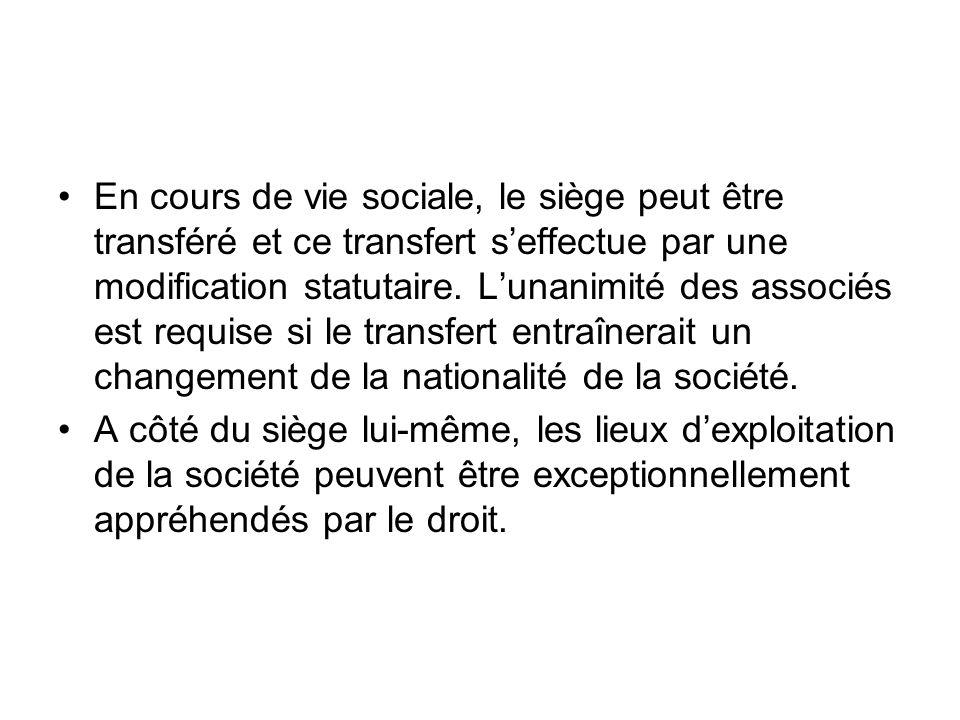 En cours de vie sociale, le siège peut être transféré et ce transfert s'effectue par une modification statutaire.