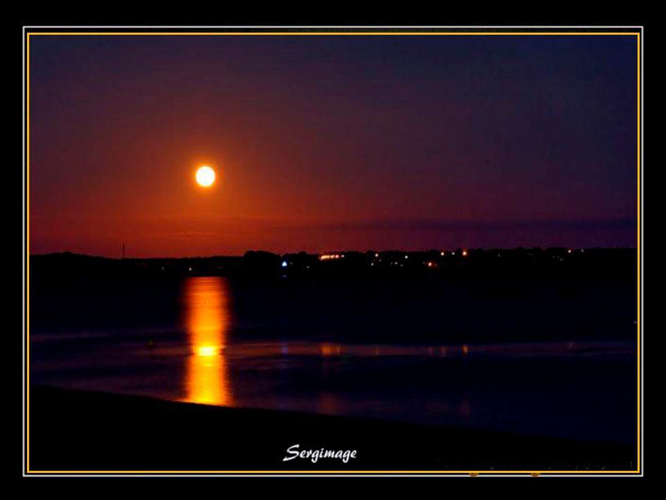 Ce soir, la lune rêve de tendresse; Elle repose son cœur en cachette; Doucement elle sent la caresse De l'étang qui reflète sa silhouette…