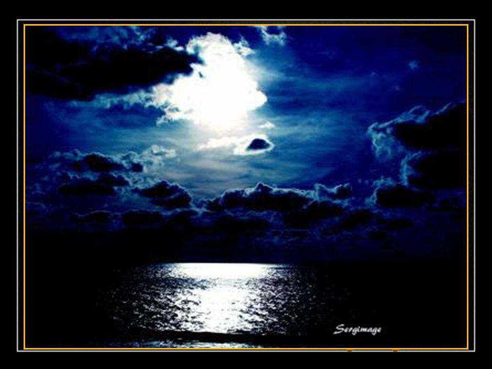La lune descend sur un berceau de nuages; Comme une lyre infinie accrochée à la nuit, Son reflet s'imprègne sur la plage Pendant que le monde est endo