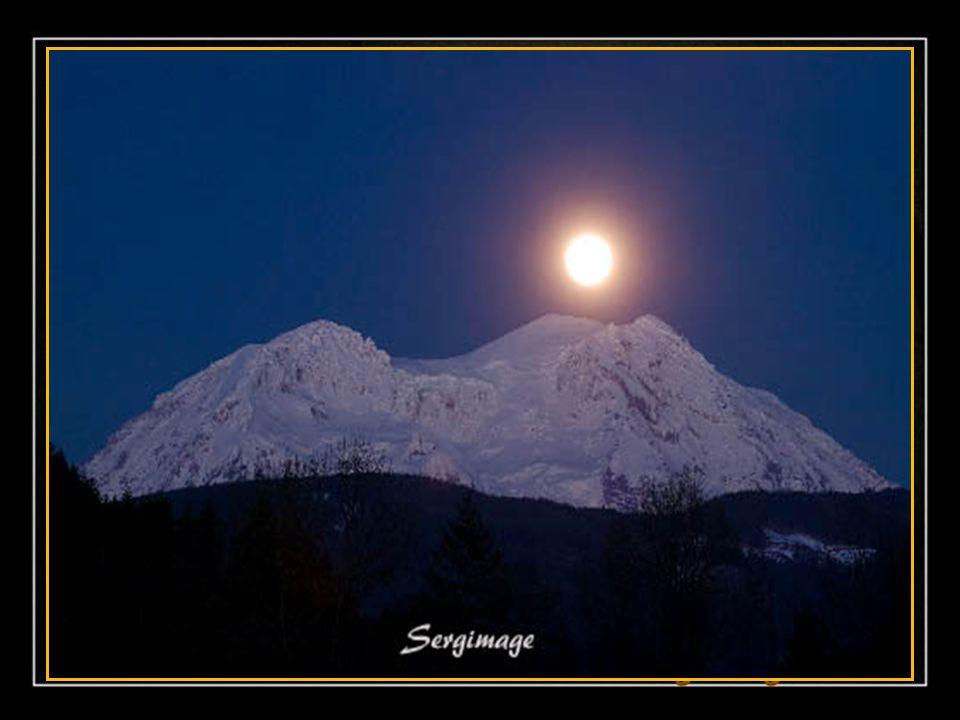 Ce soir, la lune s'est endormie Sur un joli coussin de fleurs; Les étoiles brillent cette nuit; Le ciel rêve tout en douceur…