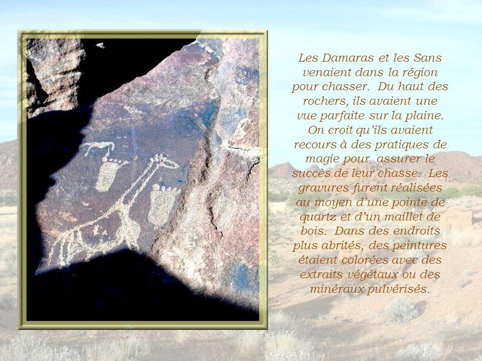 Il faut grimper à travers les rochers pour découvrir des gravures…