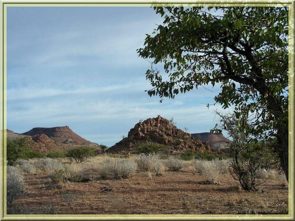 Notre périple se poursuit à travers des terres de plus en plus arides avec de curieux rochers et petites montagnes…