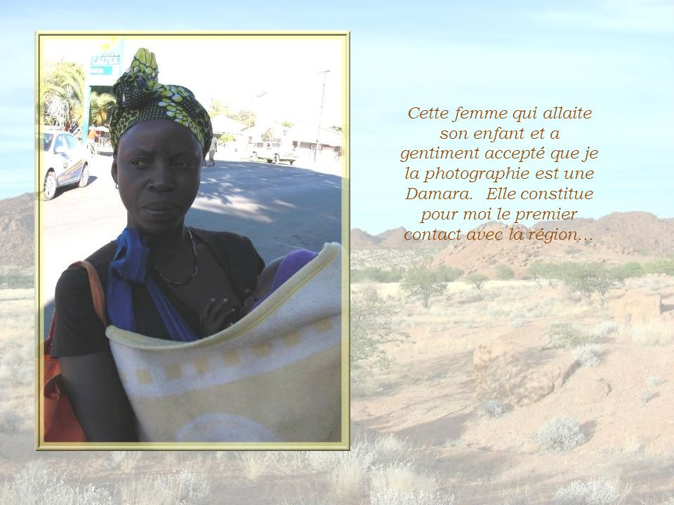 Cette femme qui allaite son enfant et a gentiment accepté que je la photographie est une Damara.