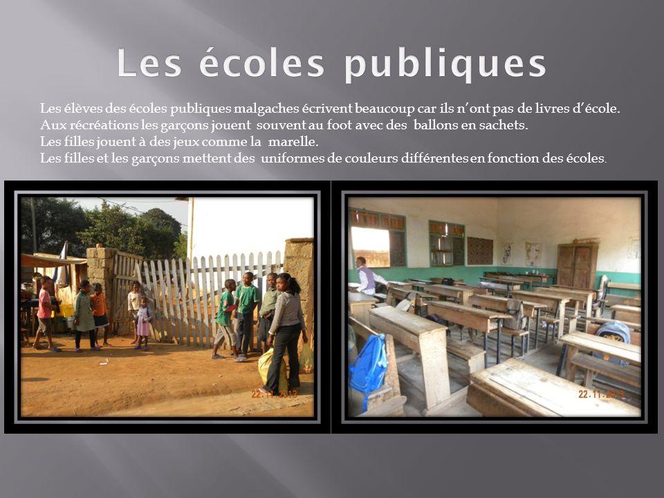 Les élèves des écoles publiques malgaches écrivent beaucoup car ils n'ont pas de livres d'école. Aux récréations les garçons jouent souvent au foot av