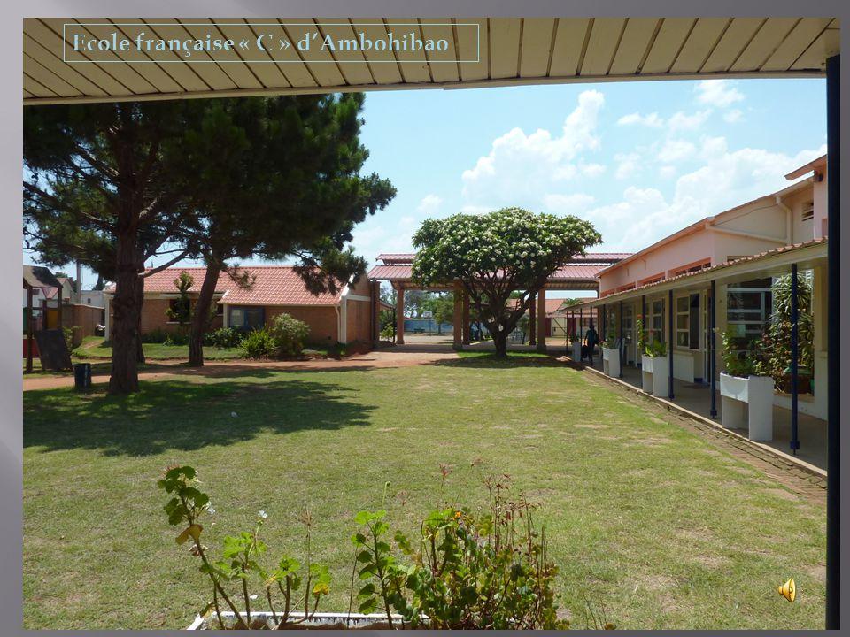 Dans Ambohibao il y a l'école C Dans l'école C il y a 3 cours avec des arbres Dans la grande cour les murs sont peints et il y a des terrains de sport Dans la cour des maternelles il y a des toboggans Dans cette école il y a 10 classes.