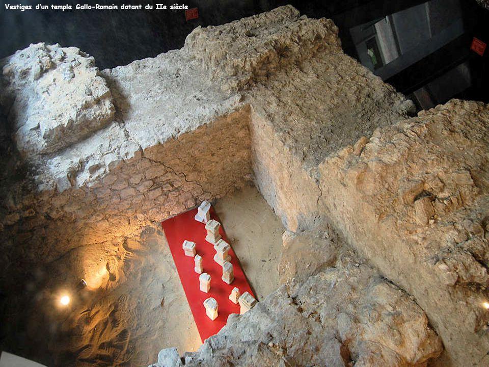 Ces dalles qui portent des inscriptions rappellent que cette chapelle est aussi un lieu de sépultures.