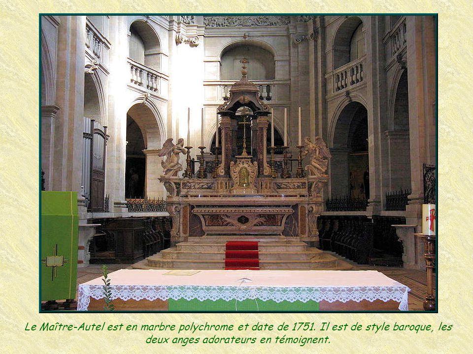 Le Maître-Autel est en marbre polychrome et date de 1751.