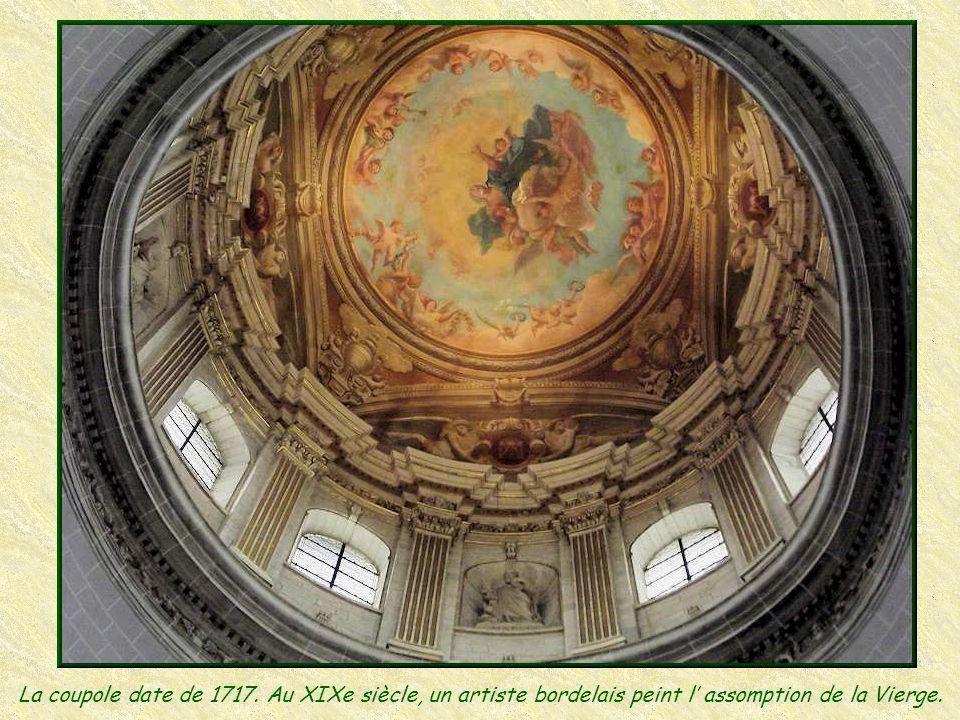 Le Maître-Autel est en marbre polychrome et date de 1751. Il est de style baroque, les deux anges adorateurs en témoignent.