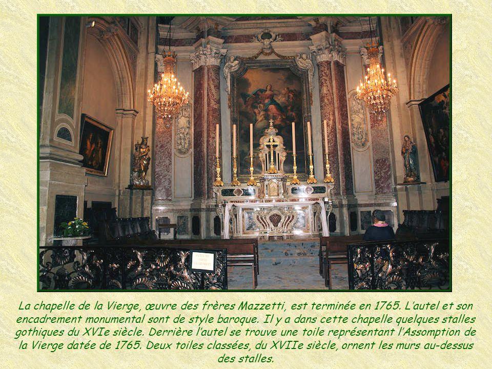 La coupole date de 1717. Au XIXe siècle, un artiste bordelais peint l' assomption de la Vierge.