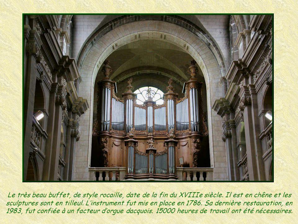 Le portail des Apôtres Le visiteur non prévenu est toujours étonné en découvrant le « portail des Apôtres » qui était le portail ouest (portail centra