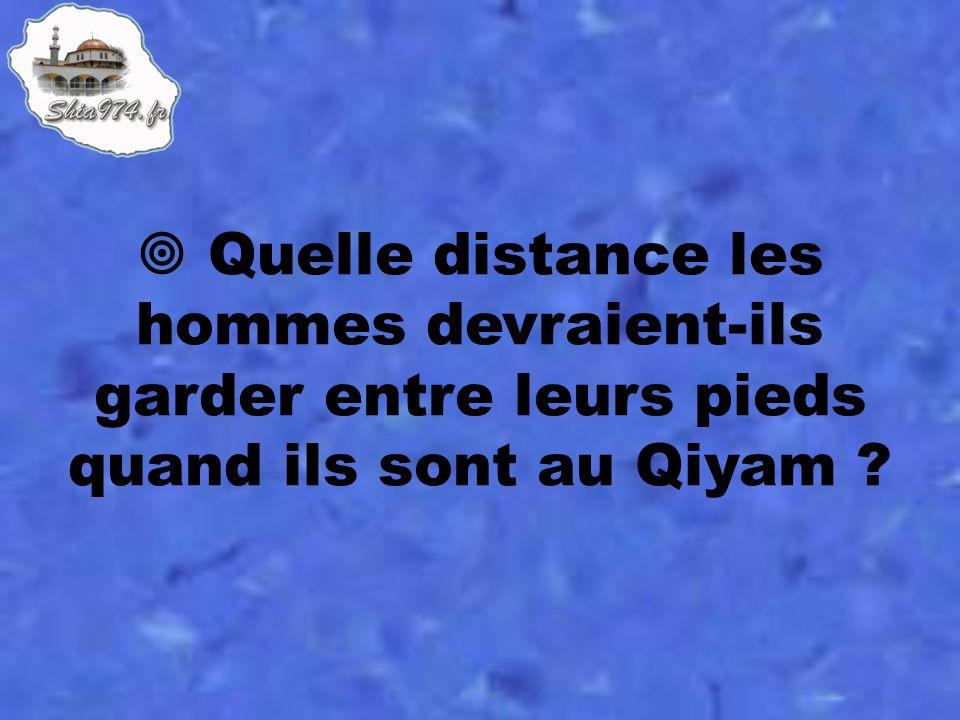 Quelle distance les hommes devraient-ils garder entre leurs pieds quand ils sont au Qiyam ?