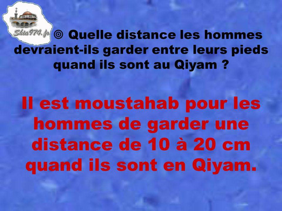 Il est moustahab pour les hommes de garder une distance de 10 à 20 cm quand ils sont en Qiyam.