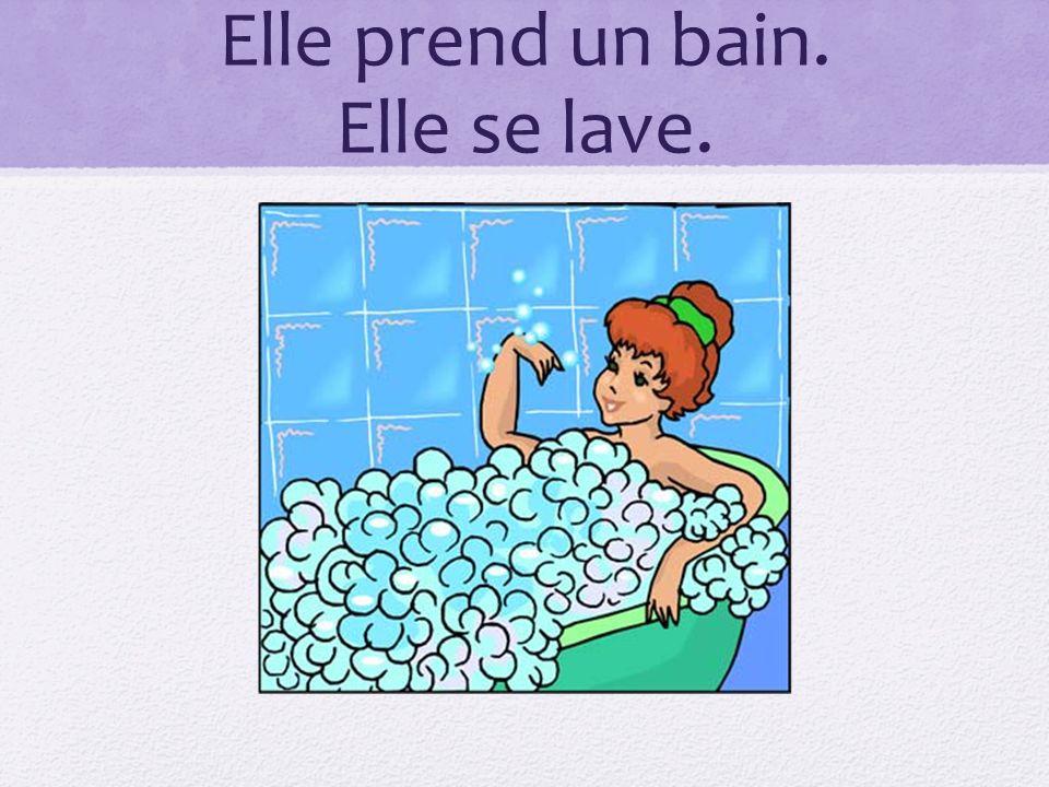 Elle prend un bain. Elle se lave.