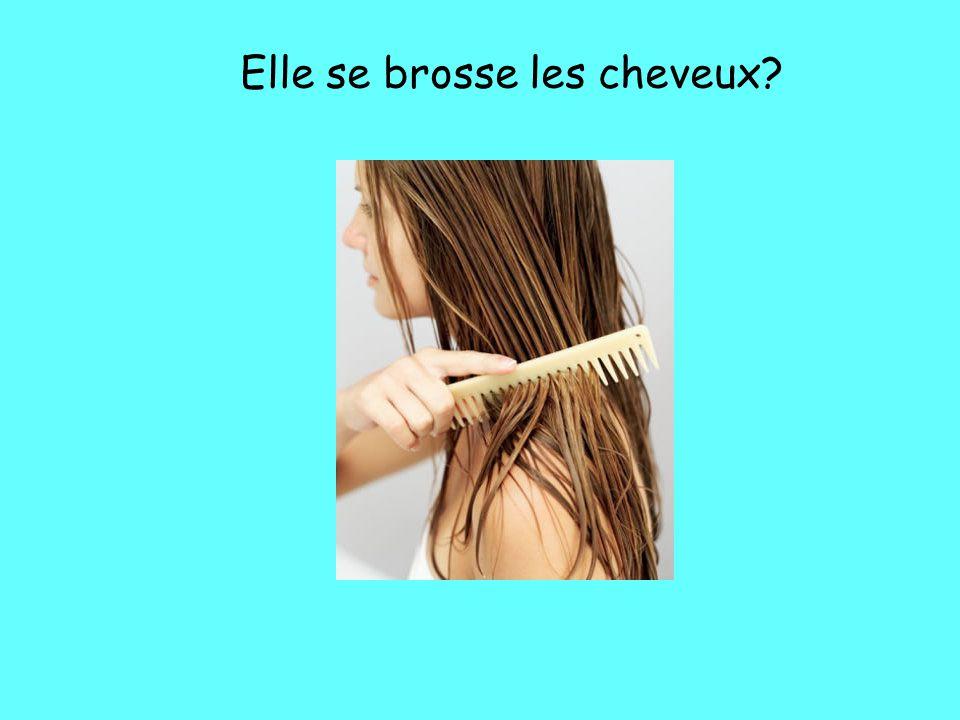 Elle se brosse les cheveux?