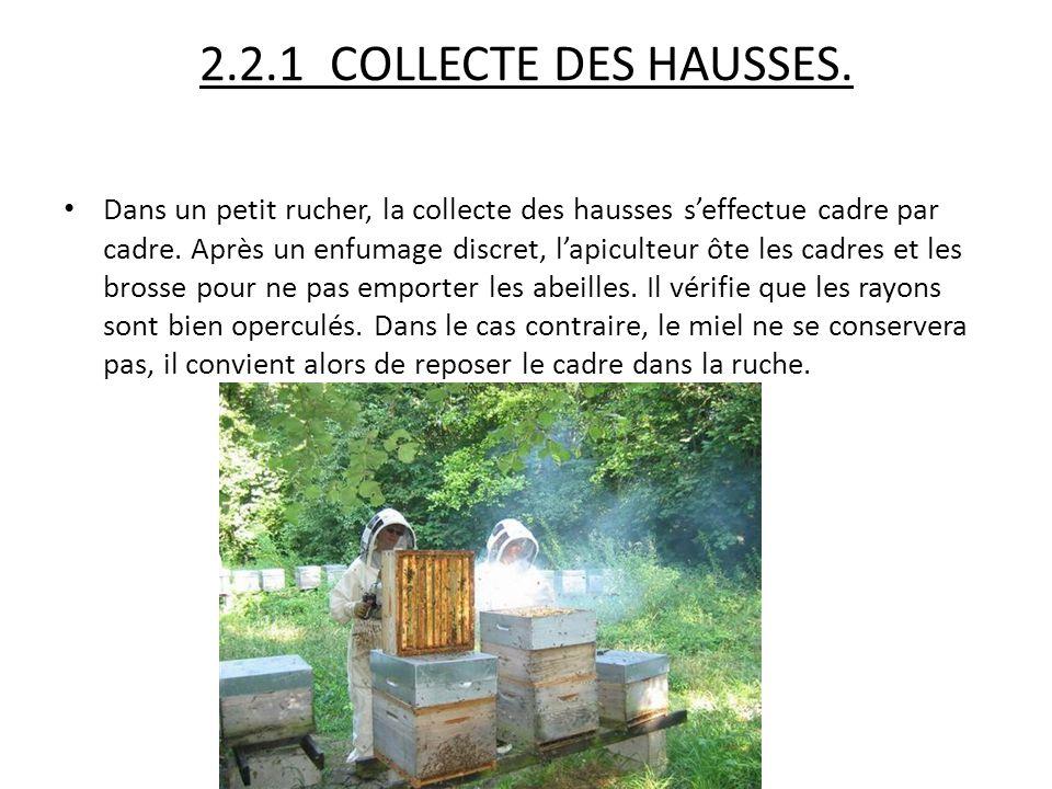 2.2.1 COLLECTE DES HAUSSES. Dans un petit rucher, la collecte des hausses s'effectue cadre par cadre. Après un enfumage discret, l'apiculteur ôte les