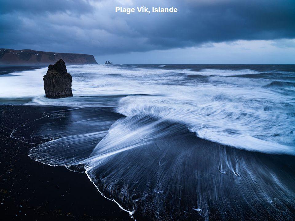 Cette plage possède un sable violet assez rare ! Il proviendrait des particules de manganèse s'écoulant du flanc de la colline.
