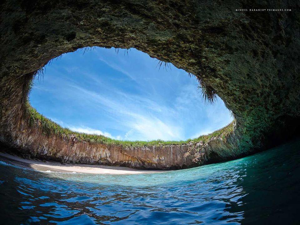 Cette plage a la spécificité d'avoir son sable d'une couleur verte impressionnante.