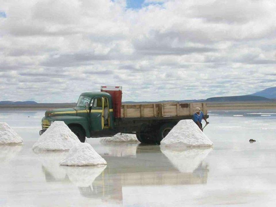 La métode traditionnelle de production du sel consiste l'entasser en petis tas pour que l'eau s'évapore et pour faciliter le transport.