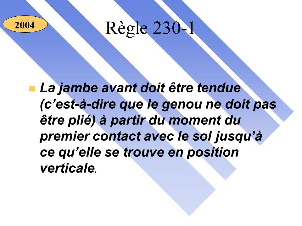 Règle 230-1 La jambe avant doit être tendue (c'est-à-dire que le genou ne doit pas être plié) à partir du moment du premier contact avec le sol jusqu'à ce qu'elle se trouve en position verticale.