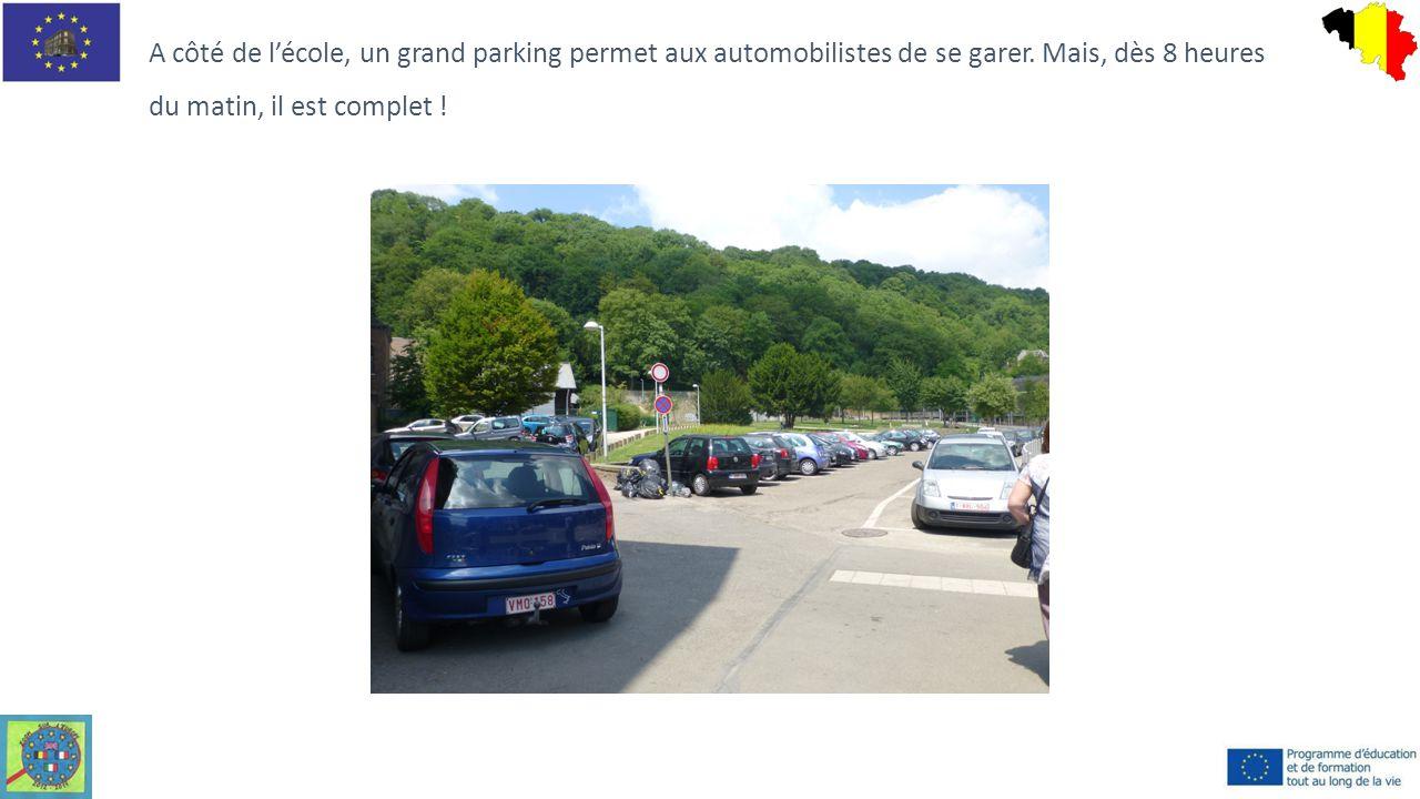A côté de l'école, un grand parking permet aux automobilistes de se garer. Mais, dès 8 heures du matin, il est complet !