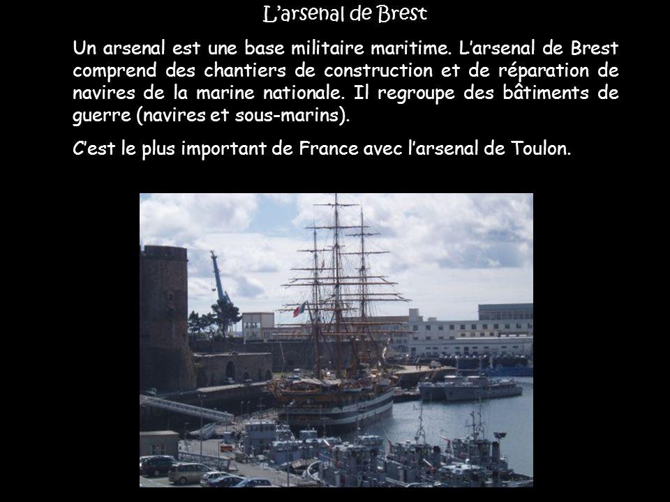L'arsenal de Brest Un arsenal est une base militaire maritime. L'arsenal de Brest comprend des chantiers de construction et de réparation de navires d