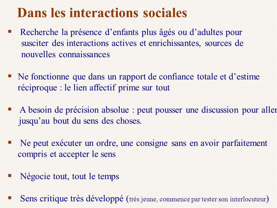 Dans les interactions sociales  Recherche la présence d'enfants plus âgés ou d'adultes pour susciter des interactions actives et enrichissantes, sour