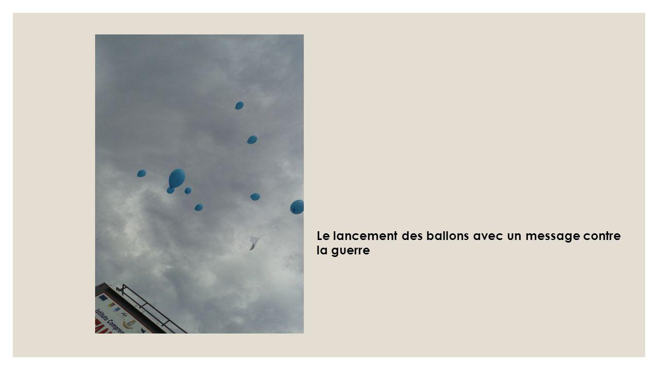Le lancement des ballons avec un message contre la guerre