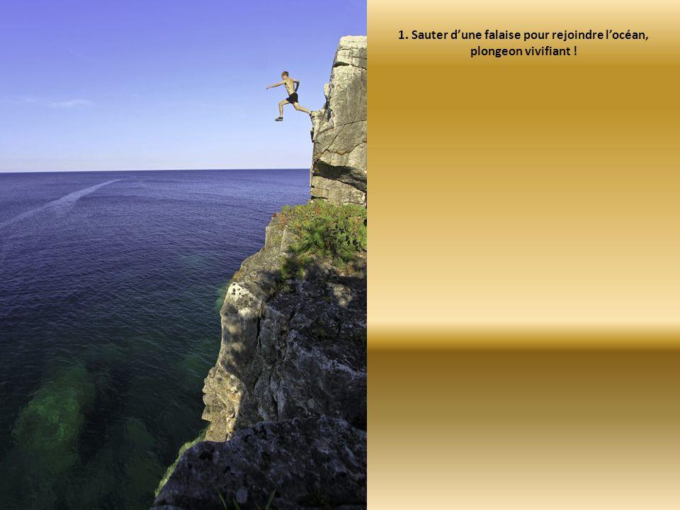 1. Sauter d'une falaise pour rejoindre l'océan, plongeon vivifiant !