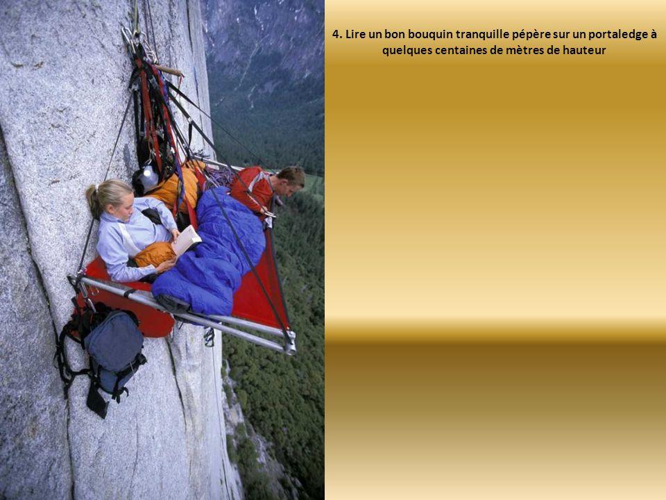 4. Lire un bon bouquin tranquille pépère sur un portaledge à quelques centaines de mètres de hauteur