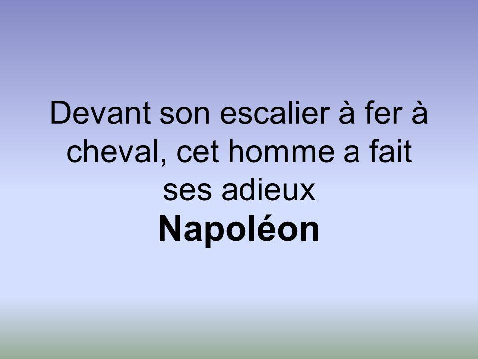 Devant son escalier à fer à cheval, cet homme a fait ses adieux Napoléon