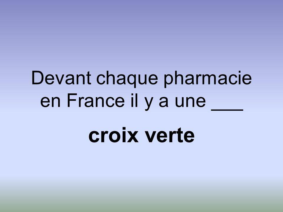 Devant chaque pharmacie en France il y a une ___ croix verte