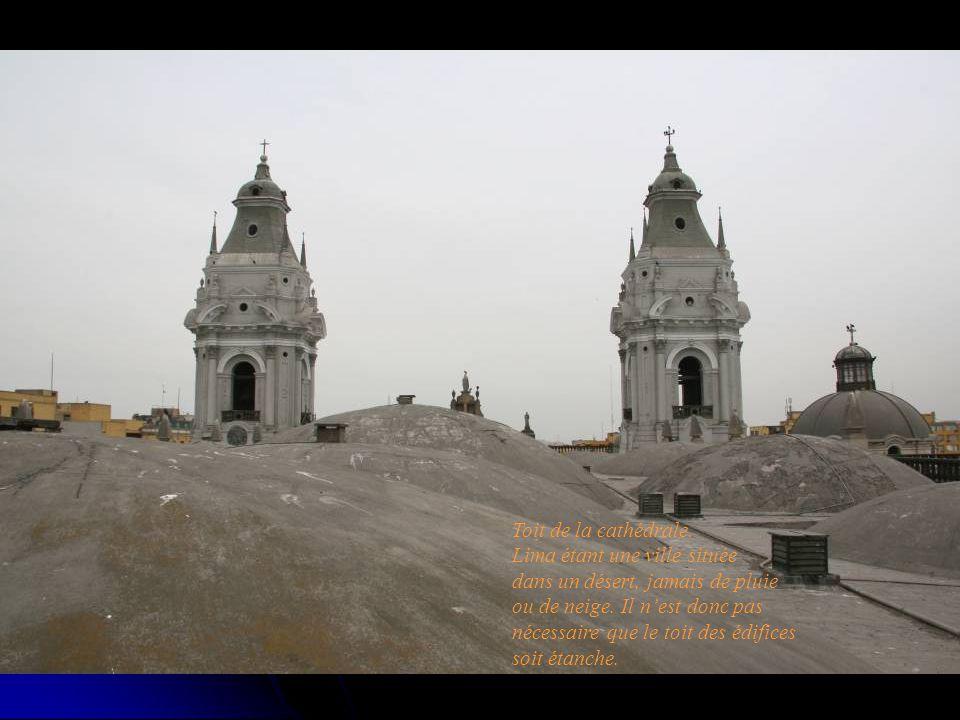 Toit de la cathédrale. Lima étant une ville située dans un désert, jamais de pluie ou de neige.
