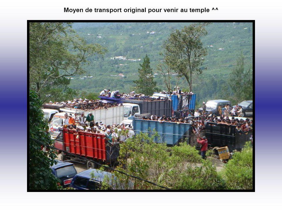 Moyen de transport original pour venir au temple ^^