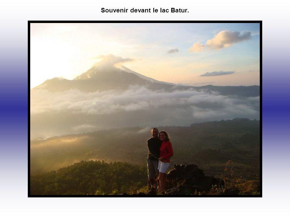 Souvenir devant le lac Batur.