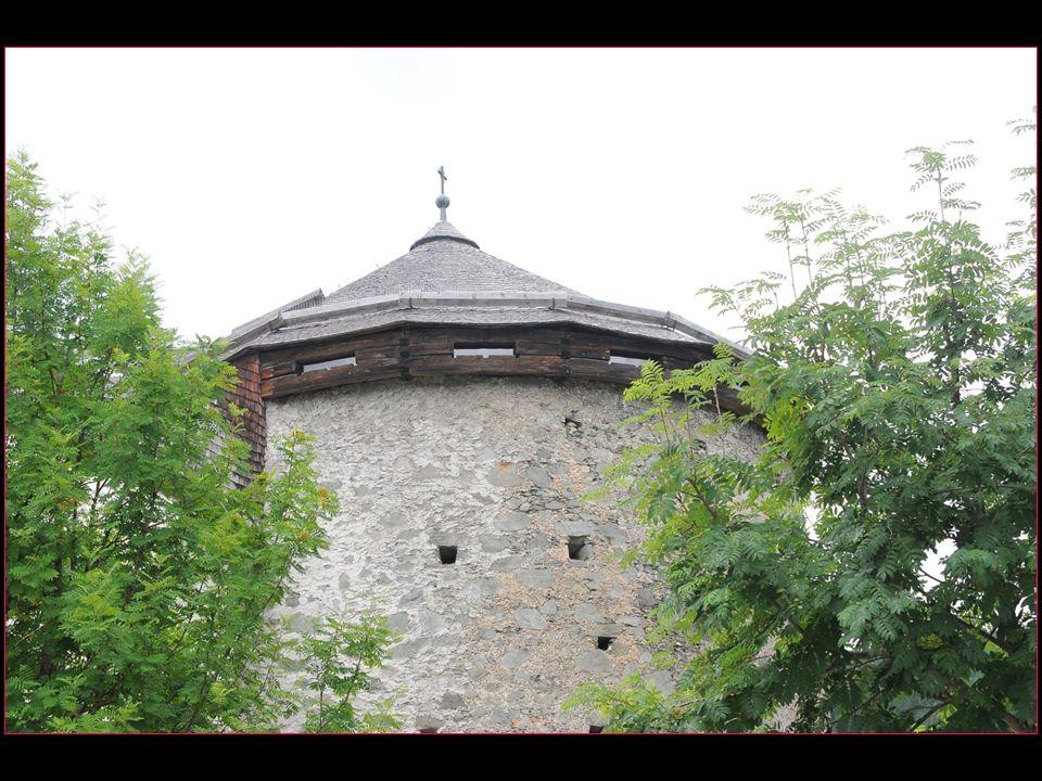 On peut flâner sur le chemin qui longe le mur d'enceinte des remparts édifiés au XIII me siècle et des vestiges comme la tour des Capucins avec une ch