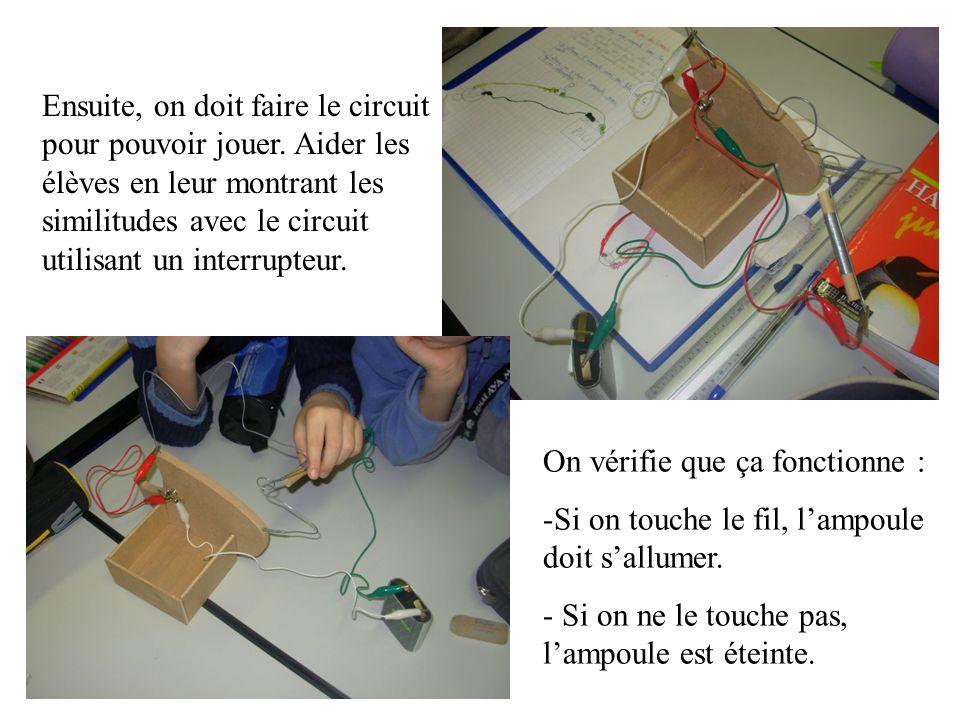 Ensuite, on doit faire le circuit pour pouvoir jouer. Aider les élèves en leur montrant les similitudes avec le circuit utilisant un interrupteur. On