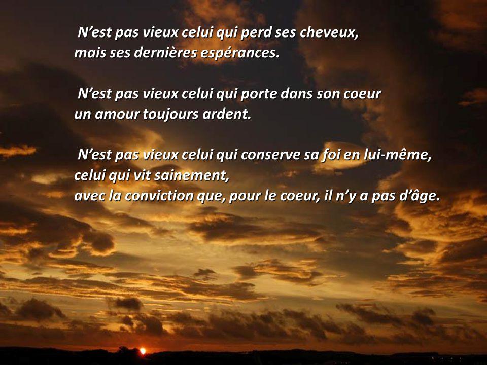 Dans les yeux des jeunes, on voit des flammes, Mais dans les yeux des anciens, on y voit la lumière. Víctor Hugo. Ecrivain français. (1802 - 1885)