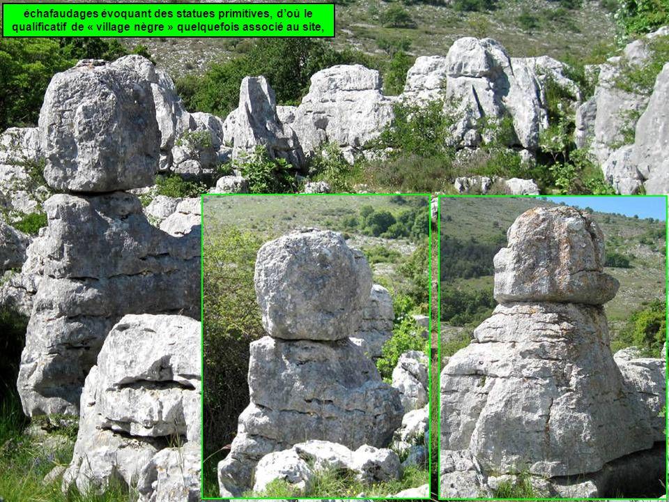 échafaudages évoquant des statues primitives, d'où le qualificatif de « village nègre » quelquefois associé au site,