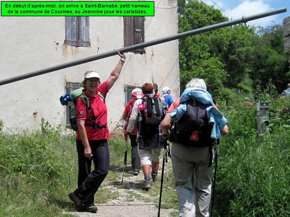 En début d'après-midi, on arrive à Saint-Barnabé, petit hameau de la commune de Courmes, où Jeannine joue les cariatides,