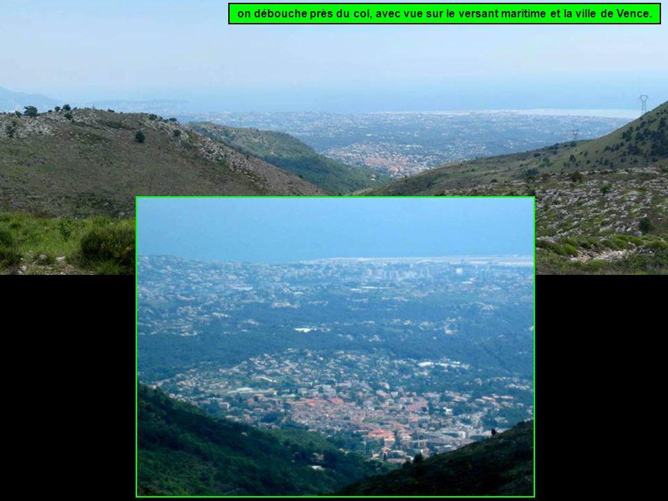on débouche près du col, avec vue sur le versant maritime et la ville de Vence.