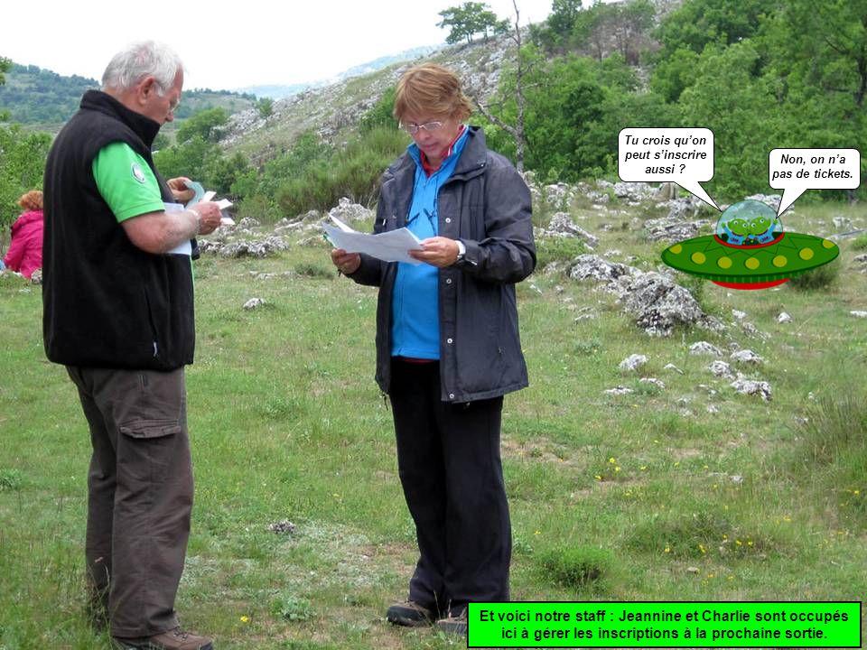 Et voici notre staff : Jeannine et Charlie sont occupés ici à gérer les inscriptions à la prochaine sortie.