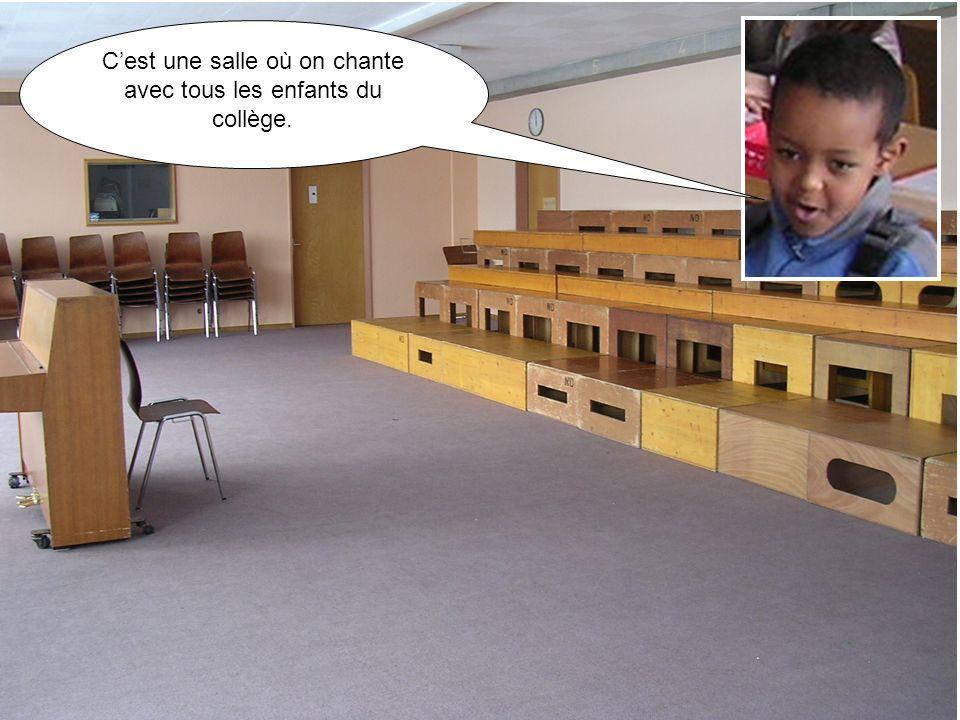 C'est une salle où on chante avec tous les enfants du collège.