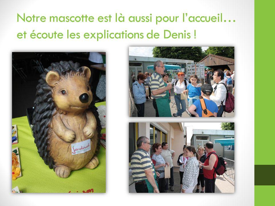 Notre mascotte est là aussi pour l'accueil… et écoute les explications de Denis !