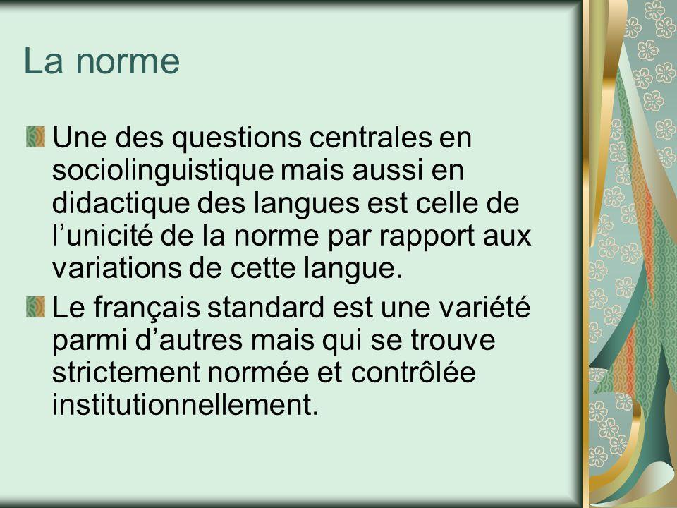 La norme est fixée par l'Académie française, enseignée dans les écoles et codifiée dans les manuels didactiques (grammaires et dictionnaires) Elle privilégie l'usage d'une région (Paris) et des milieux cultivés en général.